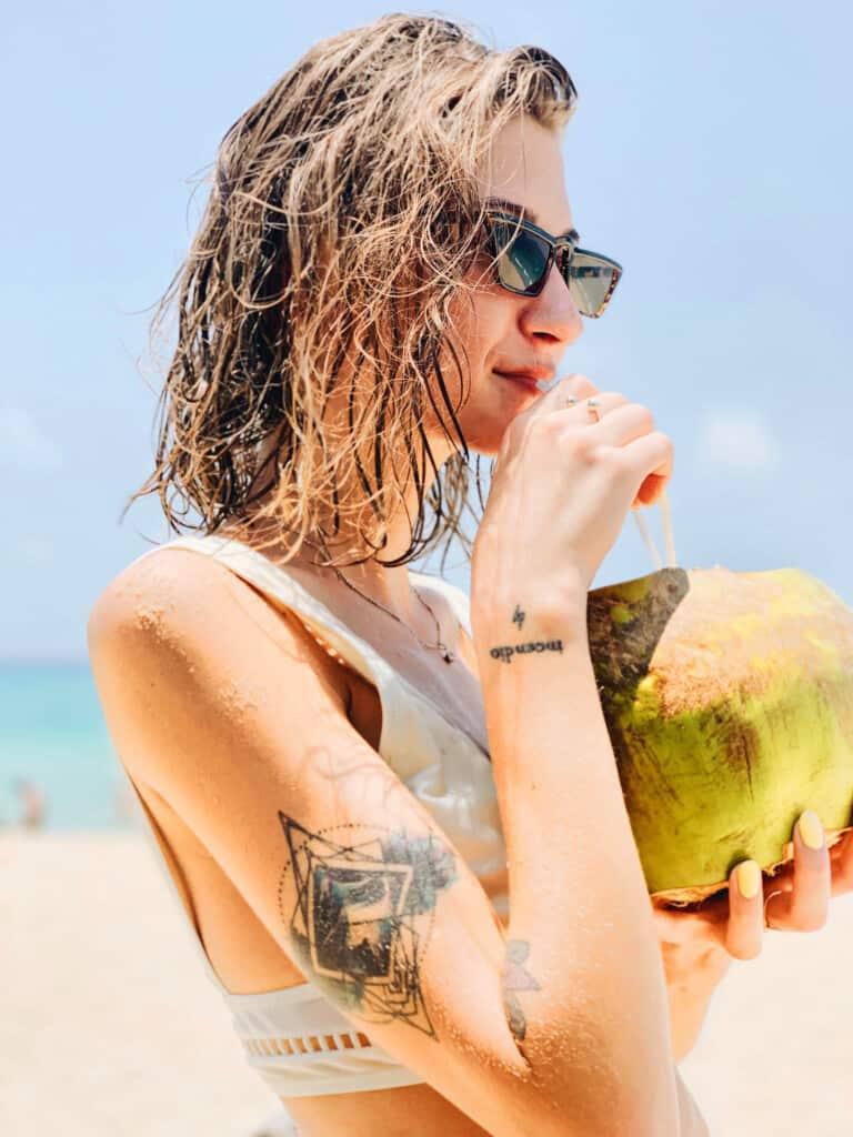 Groene kokosnoot op het strand