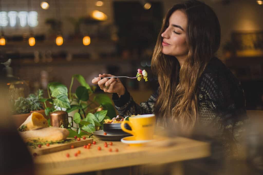 alleen uit eten op reis